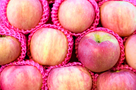 differentiate: fresh apples in a market