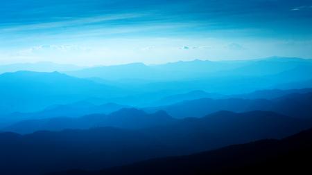 日没、観光と登山の概念の中に青い色の山々 の層
