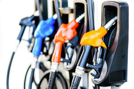 Buses de remplissage de pompe à essence coloré isolés sur fond blanc, station d'essence dans un service