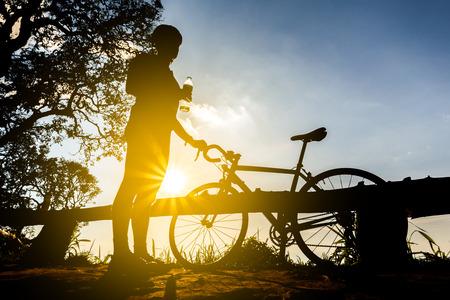 fietser met een fiets silhouet op avondrood achtergrond