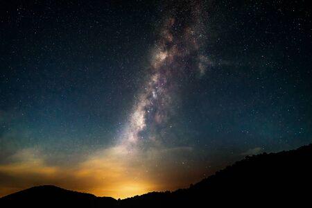 Hermoso paisaje de montañas y lago en la noche con el fondo de la Vía Láctea, Chiang mai, Tailandia Foto de archivo