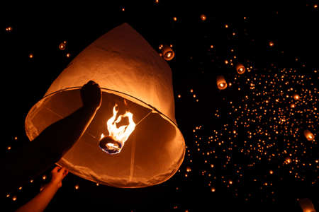(hot air balloon)Floating sky Lantern in northern Thai traditional new year , Yi Peng Festival and Loy Krathong festival Stok Fotoğraf