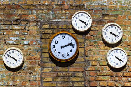 Old clock on a brick wall Imagens