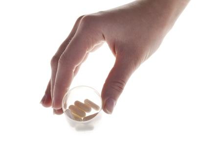 sobredosis: La mano del hombre la celebraci�n de comprimidos de color blanco en el problema de pl�stico Sobredosis de contenedores