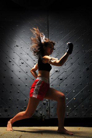 Aziatische vrouw Oefenen Muay Thai