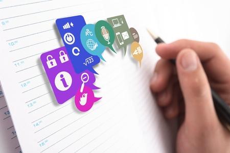Hand met het handvat, dagelijks een logboek bij, document met de planning van de virtuele wereld