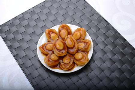 large éventail de portions d'ormeaux dans un cadre gastronomique Banque d'images