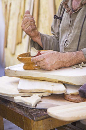 Artigiano funziona una ciotola in legno