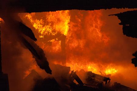 resplandor: Bombero extingue el fuego en viviendas y edificios