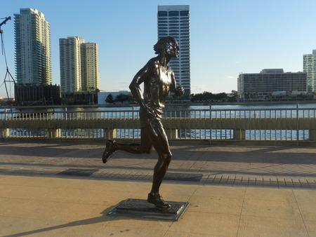 Statue d'un coureur au centre-ville Banque d'images - 36593536
