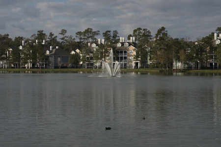 Modern apartment building with pond and fountain in Florida 免版税图像