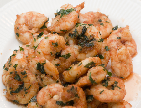 Closeup detail of fresh and healthy seafood salad with shrimps isolated on white 免版税图像