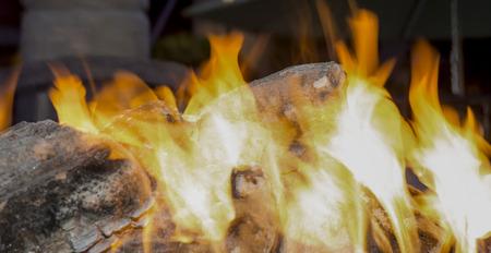 Close-up wood burning firewood flames bonfire 免版税图像