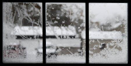 Closeup crystal snowflakes shapes blur winter view through window 免版税图像