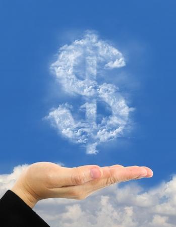 signos de pesos: s�mbolo del d�lar hace de las nubes sobre la mano