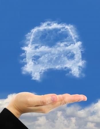 symbole voiture fait de nuages ??au-dessus la main