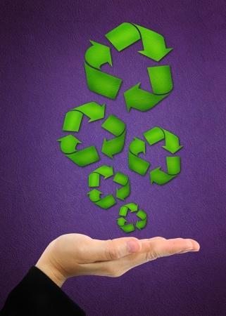 recycler symbole sur la main d'affaires