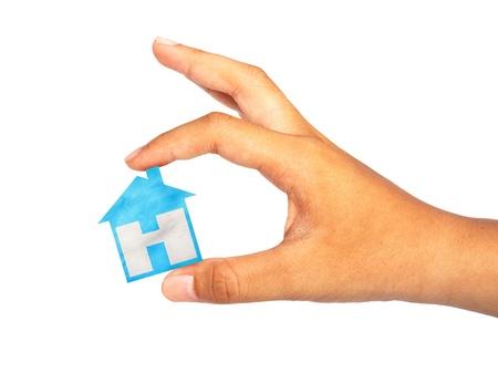 Main tenir la maison ic�ne sur fond blanc