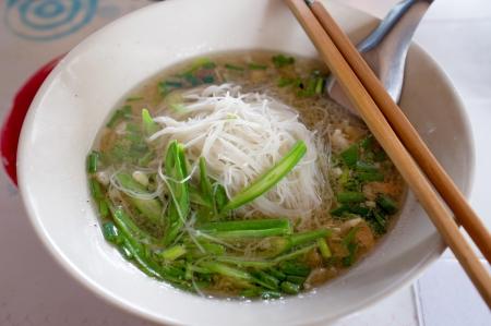 sopa de pollo: Tallarines tailandeses, asi�ticos fideos Foto de archivo