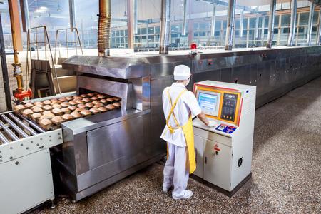 Arbeiter in der Lebensmittelfabrik Standard-Bild - 35543137