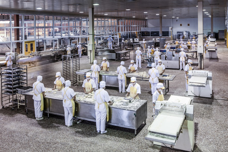 Arbeitnehmer in der Lebensmittelproduktion Fabrik Standard-Bild - 35543141