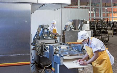 Arbeitnehmer in der Lebensmittelproduktion Fabrik Standard-Bild - 35543144