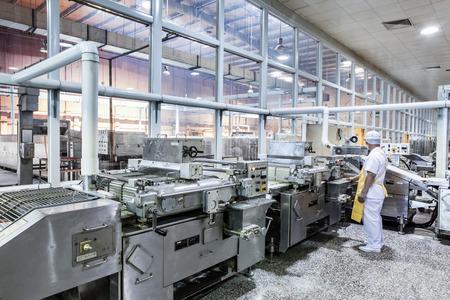 Werknemers in de productie van levensmiddelen fabriek Redactioneel
