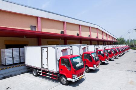 Die Nahrungsmittelproduktion Fabrik und Lieferwagen Standard-Bild - 35543178