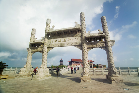 Memorial Torbogen in Baxian Scenic Area, Provinz Shandong Penglai Pavillon in China