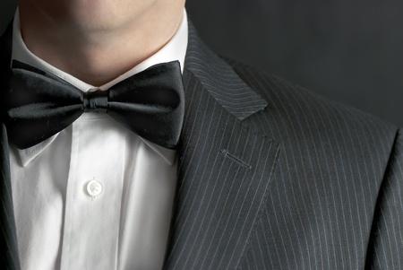 stropdas: Een close-up shot van een man met een tux.