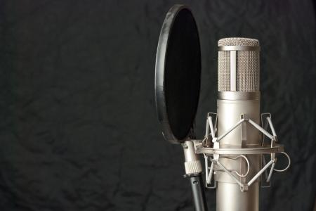estudio de grabacion: Primer plano de un micr�fono de condensador. Foto de archivo