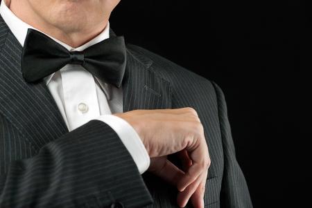 tuxedo man: Close-up di un uomo in un tux scaricarsi nella sua piazza tasca Archivio Fotografico