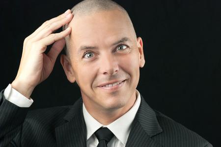 Close-up šťastný holohlavý muž cítil, jak mu oholenou hlavu