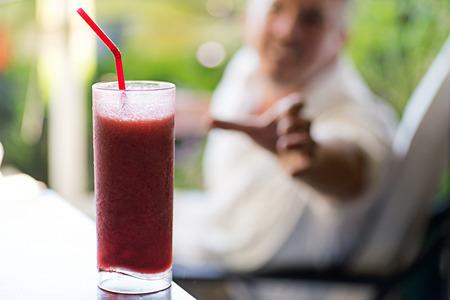 uomo rosso: Primo piano di un uomo per raggiungere una bevanda estiva congelato.