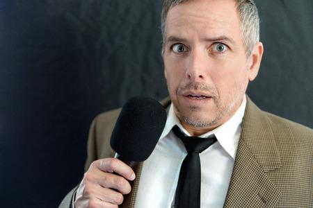 Close-up van een bezorgde man spreken in de microfoon.
