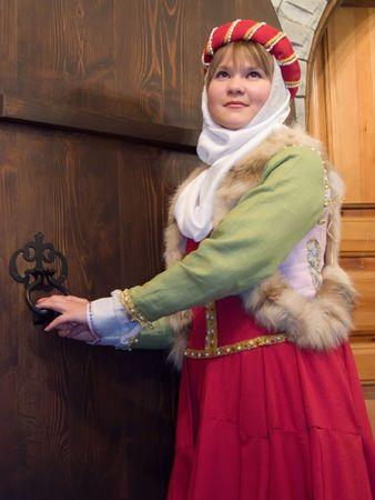 소녀는 XIII 시대의 중간 수입의 프랑스 여성 의류에있다.