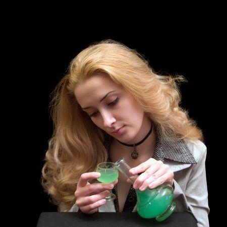ajenjo: El largo de pelo ni�a con un vaso de vino de licor absenta  Foto de archivo