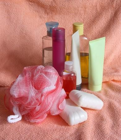 productos de aseo: Art�culos de tocador y jab�n en una toalla de ba�o rosa Foto de archivo