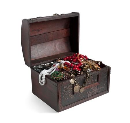 cofre tesoro: Cofre del tesoro de madera con bijouterie, aislados con saturaci�n camino