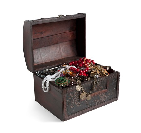 bijuteri: Wooden treasure chest with bijouterie, isolated with path