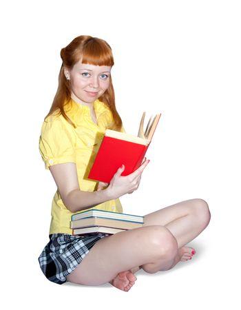 falda corta: Lectura en las ni�as blusa amarilla. Aislado en blanco