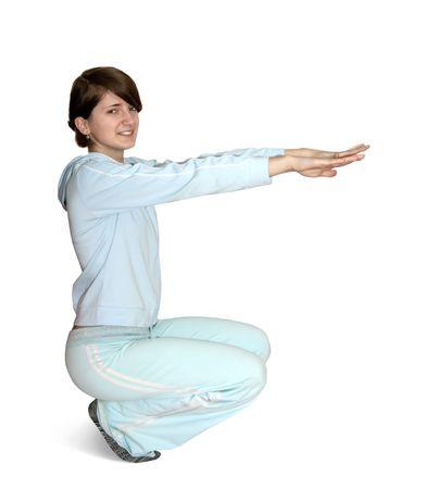 Jong meisje in het licht sportkleding uitoefenen. geïsoleerd op de witte achtergrond