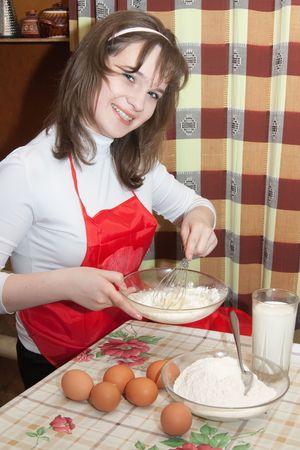 scrambled eggs: una ni�a de la cocina huevos revueltos cocina