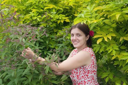oenothera biennis: Young smiling girl florists working in the garden