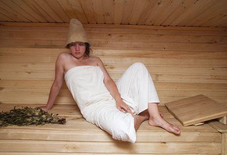 sauna nackt: Junge Frau nimmt ein Dampfbad in der Sauna Lizenzfreie Bilder