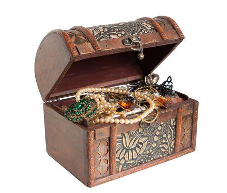 cofre del tesoro: Cofre del Tesoro de madera con objetos de valor, aislado sobre fondo blanco Foto de archivo