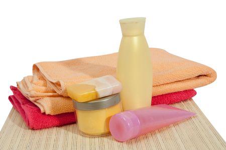 artigos de higiene pessoal: Toiletries and soap on pink bath towel Imagens