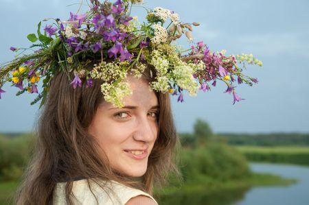 langharige tiener meisje in bloem deze tegen rivier