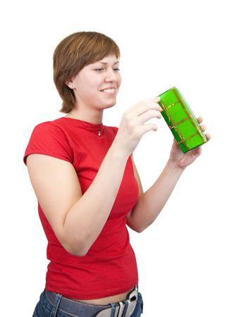 Foto van gelukkige meisje met geschenk op wit wordt geïsoleerd  Stockfoto
