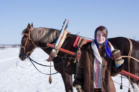 meisje in Russische traditionele kleding en paarden getrokken